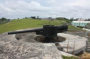 800px-bl_6_inch_rifle2c_with_two_bl_9-2_inch_rifles_beyond2c_at_st-_david27s_battery2c_bermuda2c_2011